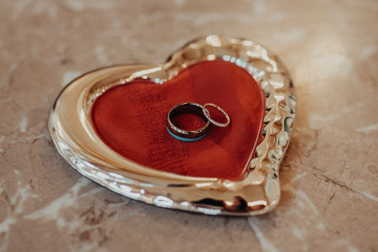rings of bride and groom in salzburg