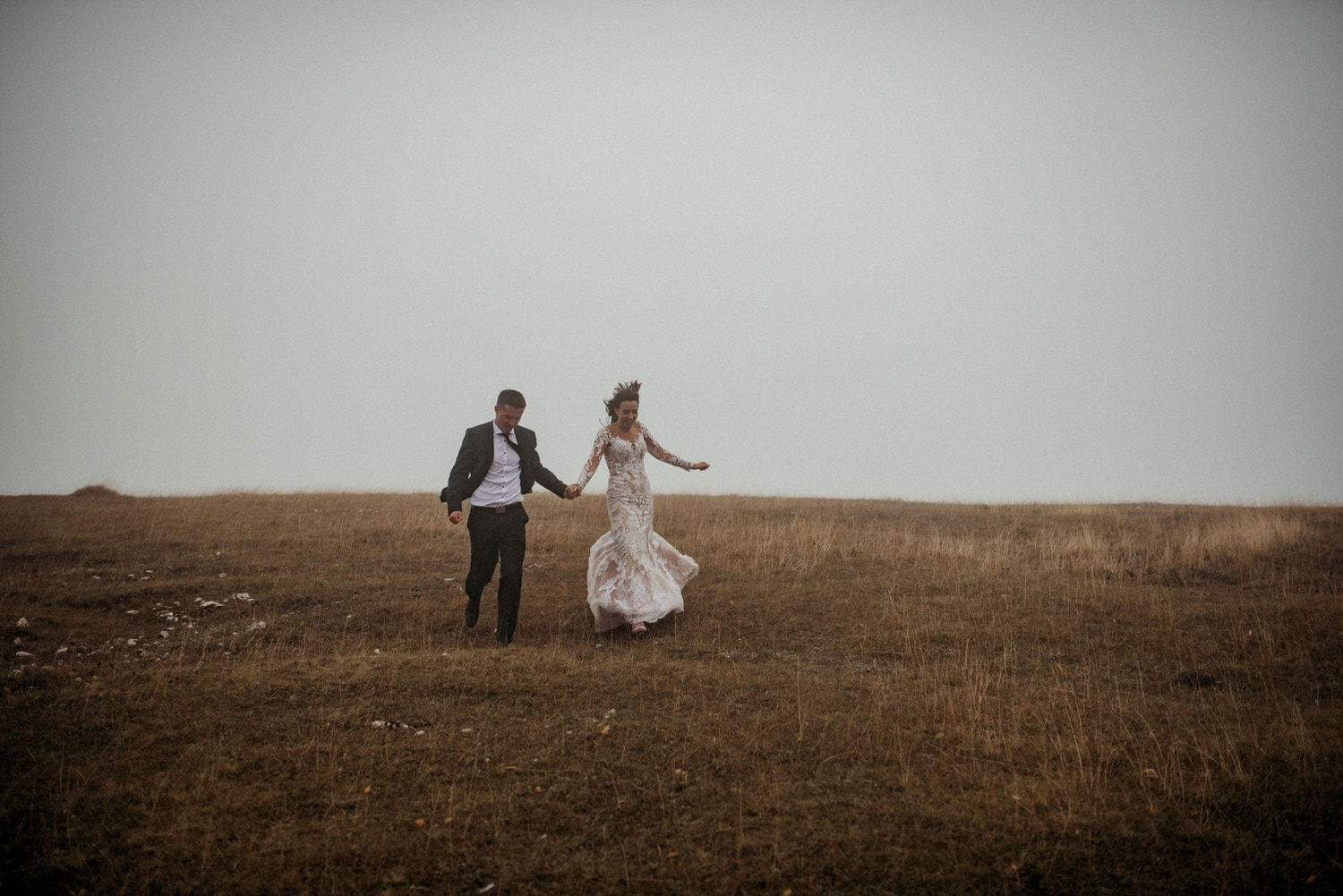 wedding photography Vlasic couple is running in the rain